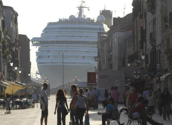 Ambientalista, a Venezia con maschera anti smog
