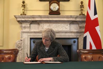 Brexit, Theresa May firma la lettera per il divorzio dall'UE