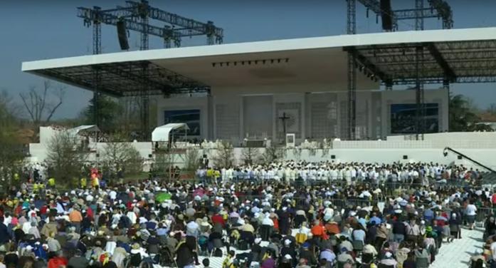 """Folla per Papa Francesco a Milano: """"Ospitare le differenze, abbracciare le frontiere, accogliere"""" (VIDEO)"""