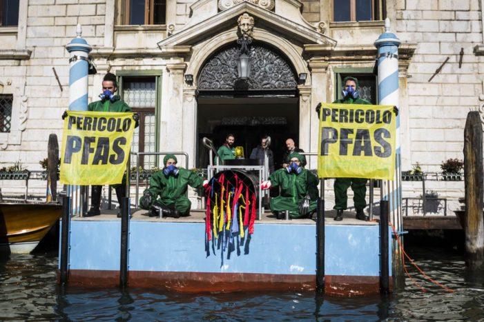 'Assalto' Greenpeace alla Regione Veneto (FOTO)
