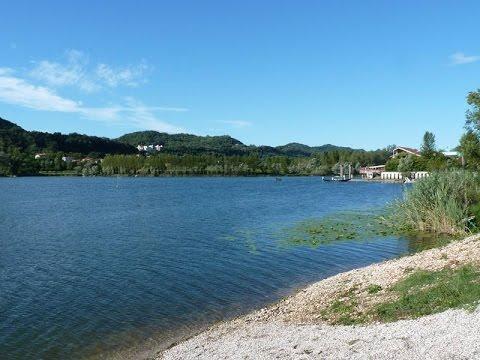 In pedalò sul lago con la fidanzata La barca affonda: 18enne annegato