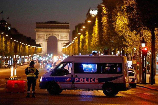 Agli Champs Elysees, ucciso un agente e l'aggressore