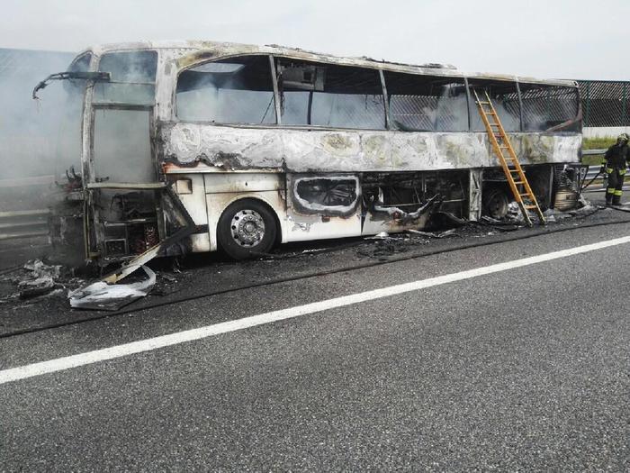 Pullman di studenti prende fuoco in autostrada: tutti salvi