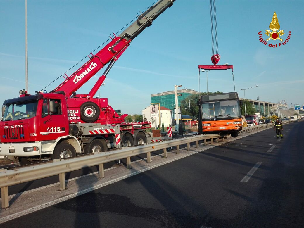 Camion contro bus tra Venezia e Mestre: 24 feriti