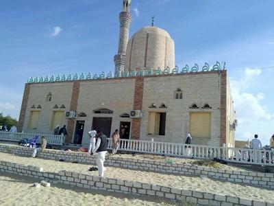 Egitto, attentato in una moschea: bombe e spari sui fedeli, almeno 50 le vittime