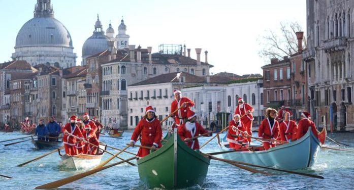 Venezia si tinge di rosso con la Regata dei Babbi Natale