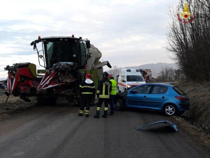 Incidente a Feltre tra un mezzo agricolo e un'auto: intervento dei Vigili del fuoco