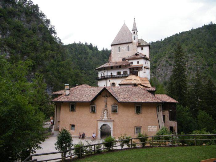 Si rinnova in Trentino l'antico pellegrinaggio a San Romedio in Val di Non