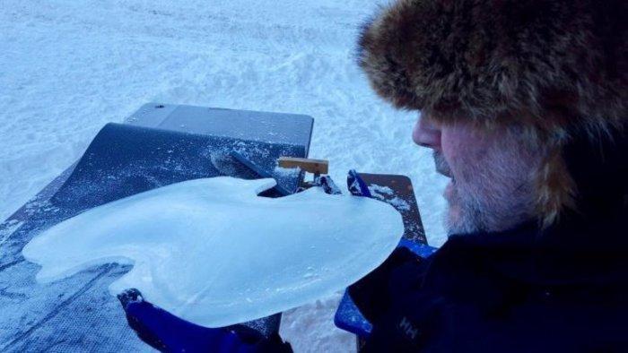 Acqua, Sollima suona il violoncello di ghiaccio: dalle Alpi al mare