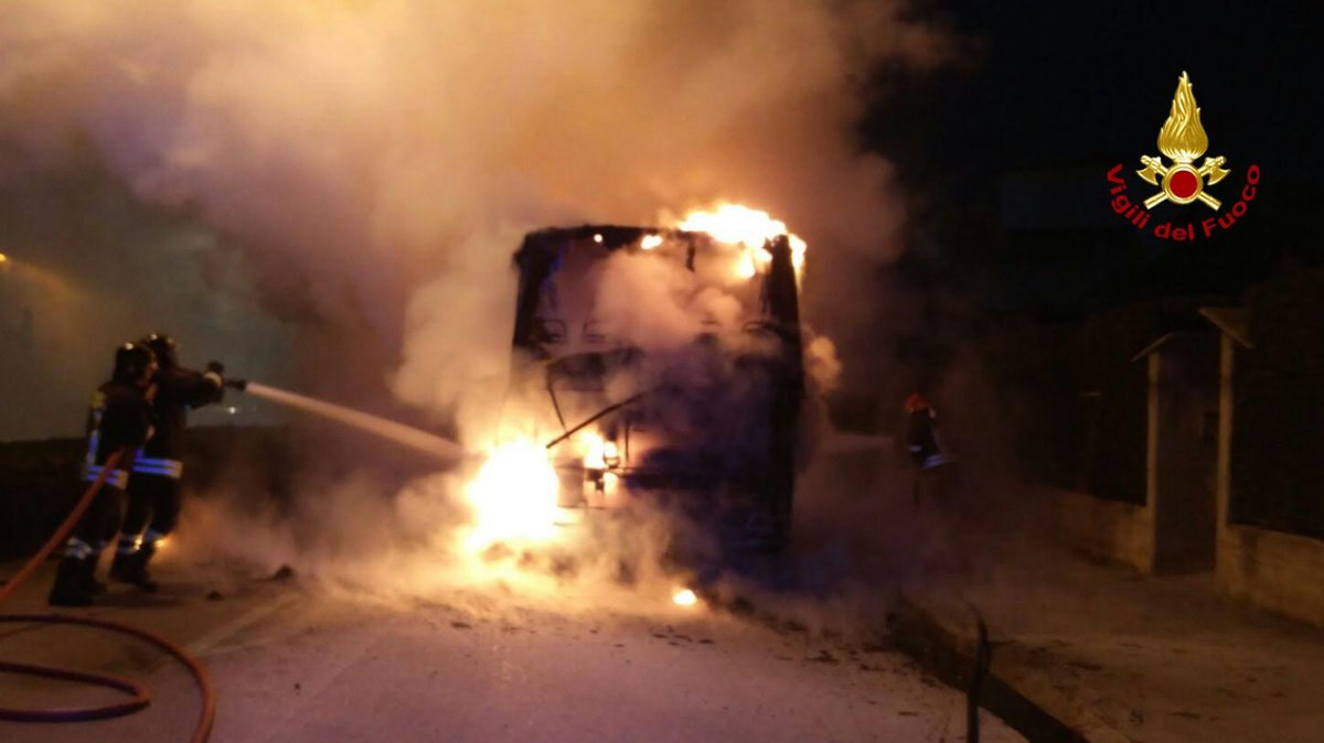 Bus dei pendolari in fiamme a Chioggia: nessun ferito