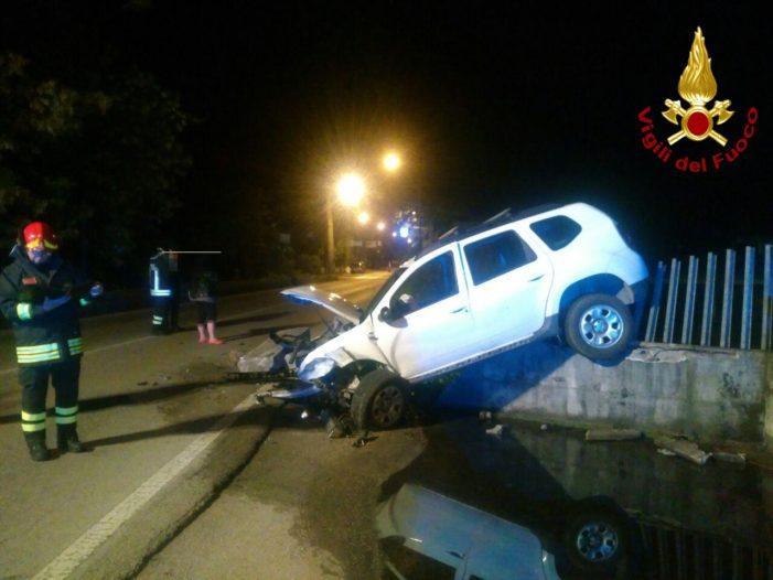 Auto esce strada nella notte a Belluno: intervento dei Vigili del fuoco con l'autogrù