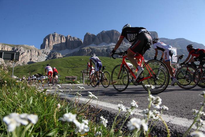 Maratona dles Dolomites per 9mila ciclisti: vincono Elletrico e Rausch