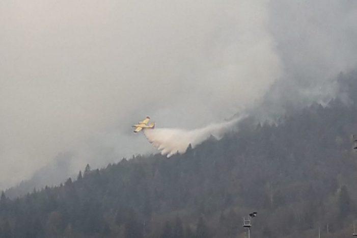 """Incendio ad Agordo, Salvi i 2 escursionisti bloccati, fiamme non avanzano. Zaia: """"Stato di crisi""""."""