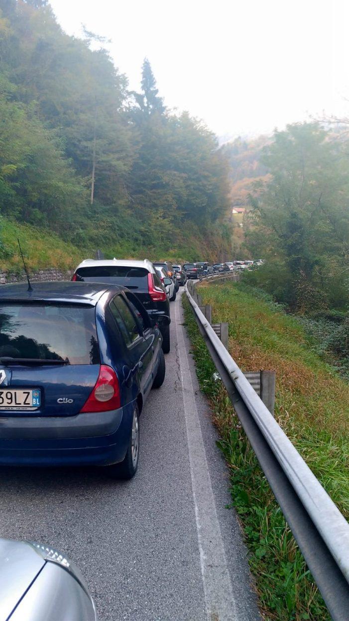 Venerdì di passione sullo Schenèr, traffico in tilt per un incidente tra un'auto e una moto