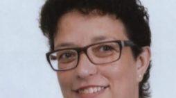 L'ultimo dolce abbraccio di Primiero a mamma Chiara Zanetel, scomparsa a soli 43 anni: la classe del 1975 avvia una raccolta fondi per i figli