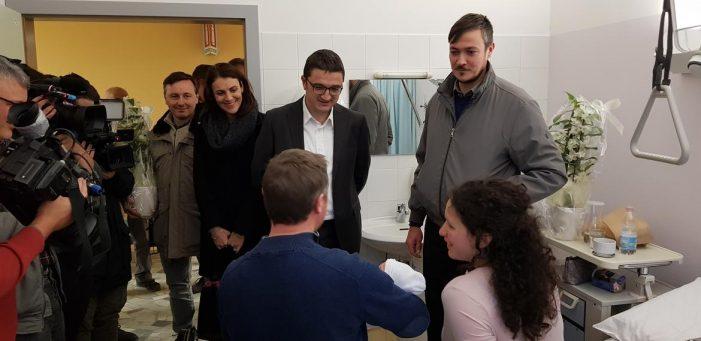 """Ospedale di Cavalese, Nives e Riccardo sono i primi due nati dopo la riapertura: visita del governatore Fugatti: """"Il Trentino ci crede"""""""