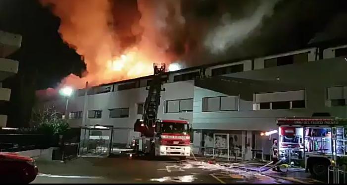 Trento, furioso incendio nella notte in via Maccani: 40 sfollati, verifiche su qualità dell'aria
