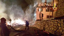 Furioso incendio nella notte ad Agordo: in fiamme tre fienili e due abitazioni a San Tomaso