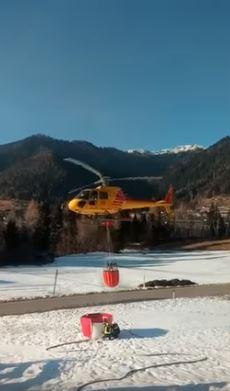 Incendio boschivo a passo Gobbera: l'elicottero in azione