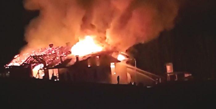 Primiero, Stalla e fienile in fiamme a Mezzano: oltre 60 Vigili del fuoco in azione