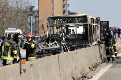 Attimi di paura a Milano: sequestra bus e gli dà fuoco, ecco chi è l'autista