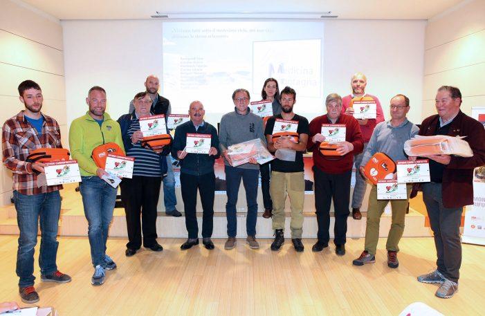 Dolomiti, Dodici defibrillatori donati ai rifugi trentini. Genziana d'oro a Cesare Maestri