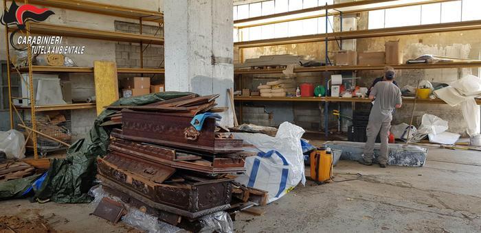 Valsugana, indaga la Procura sul capannone di Scurelle: resti umani e 27 bare ritrovate, ma sarebbero centinaia