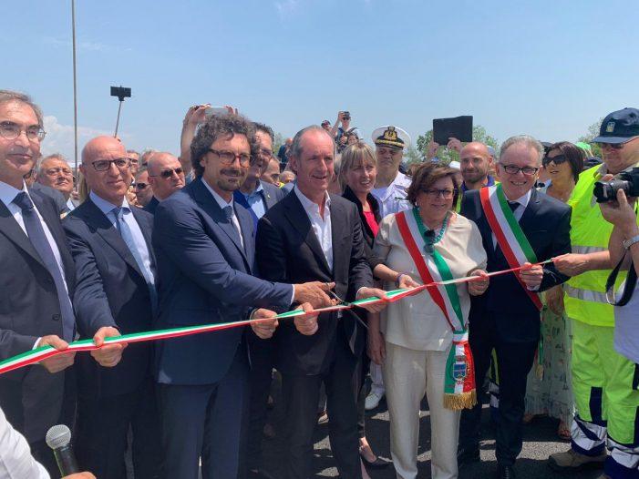Riaperto Ponte della Priula, taglio del nastro con Toninelli: «L'autonomia va fatta». Zaia: «Piano per il Sud esiste già»