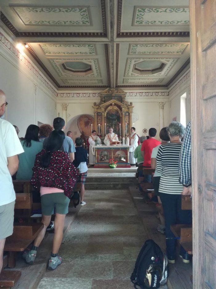 Prima messa alla Chiesetta di San Silvestro per il Cardinal Pietro Parolin in vacanza in Trentino